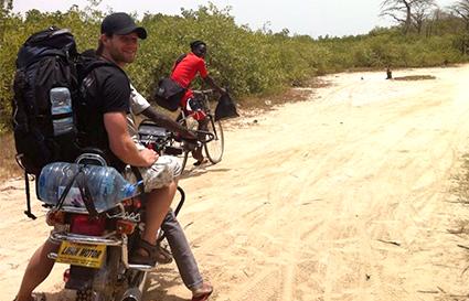 Michael Thormann auf einem Motorrad im Senegal, Afrika