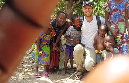 Michael Thormann mit Kindern aus Gambia