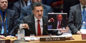 Der bolivianische UN-Botschafter Sacha Lorenti kritisiert den US-Angriff und erinnert mit einem Bild im UN-Sicherheitsrat am 07.04.2017 an die Lüge des damaligen US-Außenministers Powell im gleichen Saal über vermeintliche Massenvernichtungswaffen im Irak.